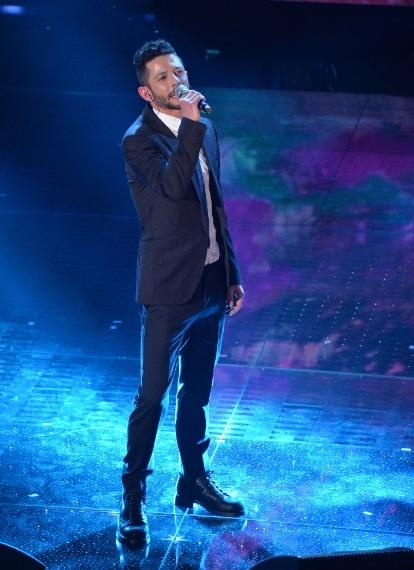 Nesli sul palco di Sanremo sale sfoggiando un look elegante e trendy, con completo scuro e camicia bianca.