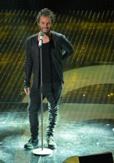 """Il cantante gioca a fare la teen star con il suo look """"out of bed"""", poco adato al palco di Sanremo."""