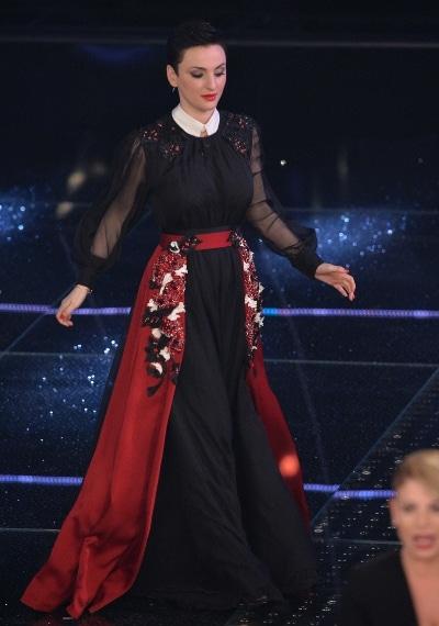 Per la seconda uscita sul palco Arisa ha sfoggiato un longdress nero con colletto biano e decori gioiello sulla gonna dello stilista siciliano.