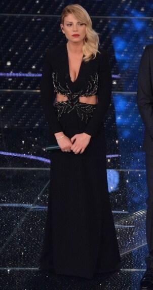 La cantante ha scelto un lungo abito nero con cut laterali dello stilista partenpeo. La cantante completa il look con sandli Giuseppe Zanotti Design.