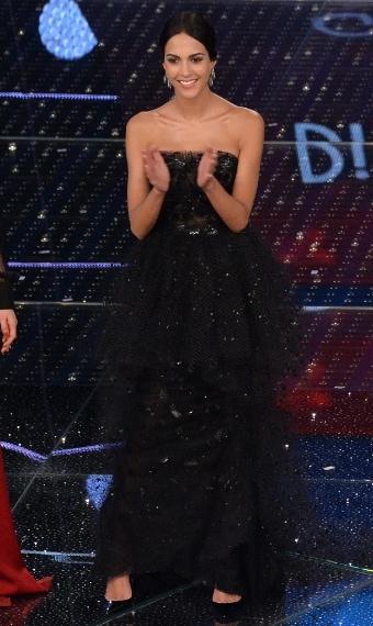 Una visione di tulle e cristalli è apparsa ieri sera sul palco dell'Ariston. Rocío Muñoz Morales ha affascinato il pubblico con la sua bellezza e con il suoi splendidi abiti d'alta moda firmati Armani Privè. Completano il look gioielli Damiani.