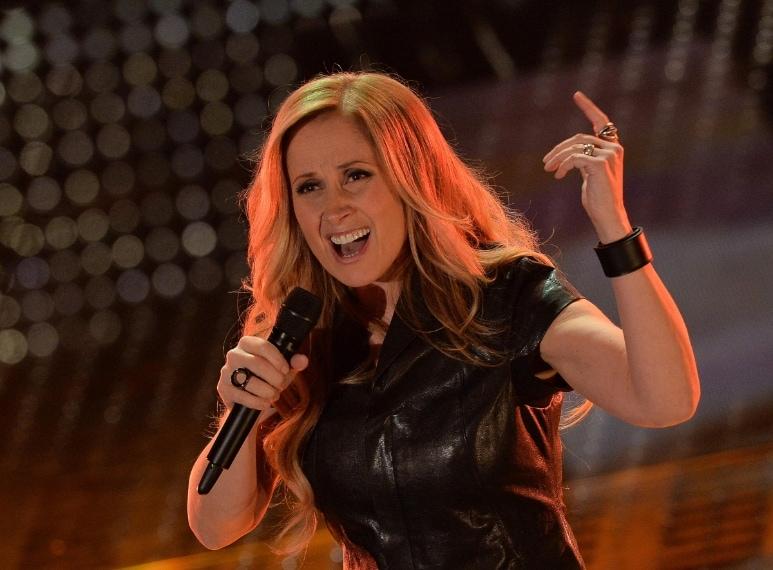 La cantante sbaglia mood e sale sul palco con un outfit dark, decisamente troppo scuro, con camicia in simil pelle, lunga gonna e stivaletti in suede.