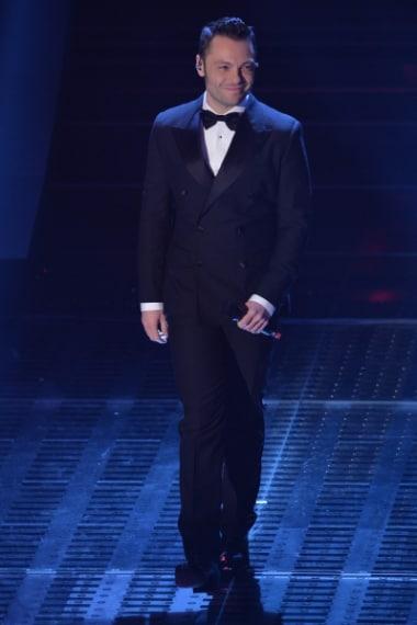 Tiziano Ferro è apparso sul palco con un look impeccabile, indossando uno smoking nero doppiopetto con papillon e giacca dai revers a lancia e bottoni in satin.