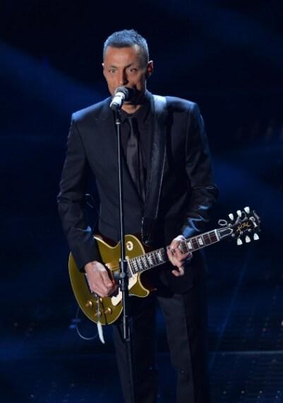 Senza alcun dubbio Alex Britti si è esibito sul palco con un look elegante ed impeccabile. peccato però per l'eccesso di nero.