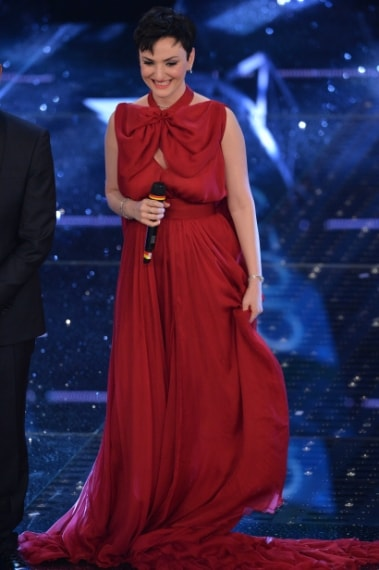 Per la prima serata di Sanremo 2015 Arisa ha indossato un sensuale abito rosso in seta di Daniele Carlotta, mandando letteralmente in delirio il web.