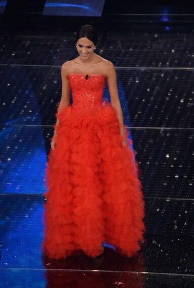 Una visione di tulle e cristalli è apparsa ieri sera sul palco dell'Ariston. Rocío Muñoz Morales ha affascinato il pubblico con la sua bellezza e con il suoi splendidi abiti d'alta moda firmati Armani Privè.