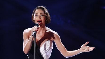 Anna Tatangelo a Sanremo con spacco alla Belén
