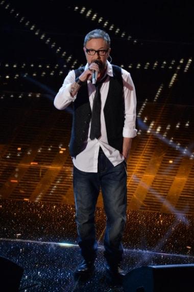 """Ancora un look in stile """"non ho tempo per occuparmi di cose futili"""" per Marco Masini, il quale sale sul palco della finale con camicia bianca, gilet gessato e jeans."""
