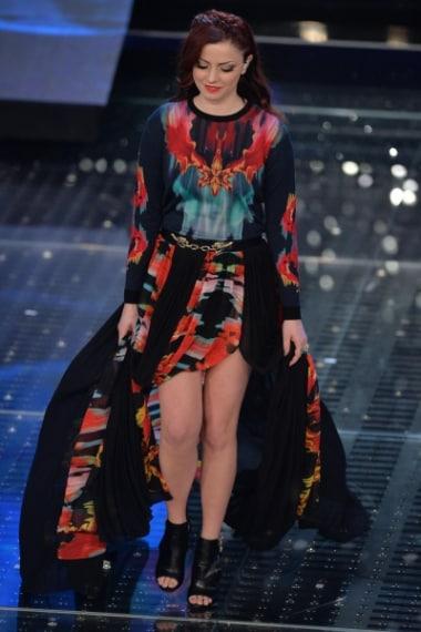 Annalisa indossa un lungo abito in chiffon con spacchi e stampe colorate.