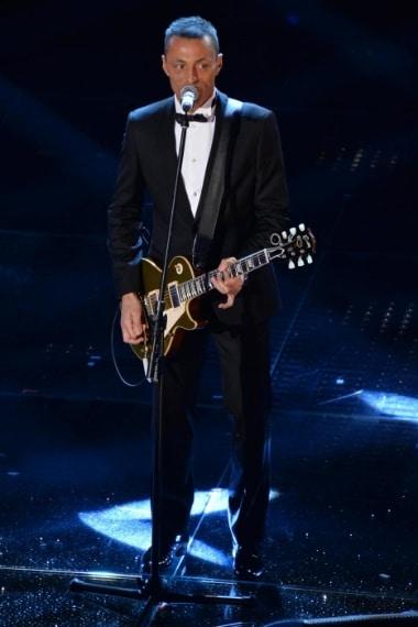 Finalmente Alex Britti appare sul palco con un look perfetto. bravo Alex con un classico smiking nero non si sbaglia mai.