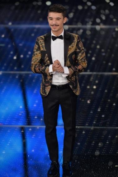 Difficile indossare una giacca così particolare, con cristalli ed altre lucenti applicazioni, Moreno ci riesce alla perfezione e nonostante l'estrosità del suo look ci convince.