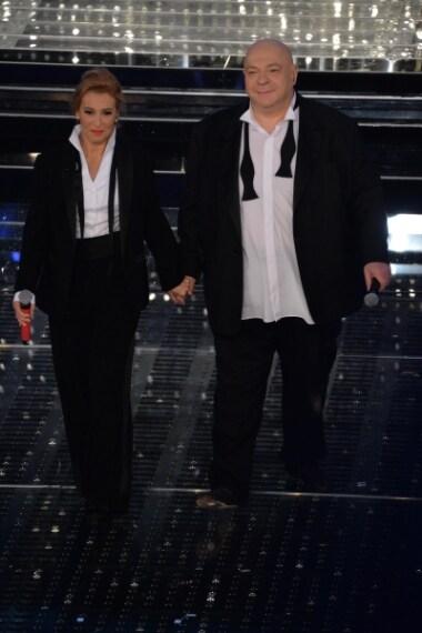 Splendidi con look coordinato, la coppia è apparsa sul palco indossando due smoking scuri.