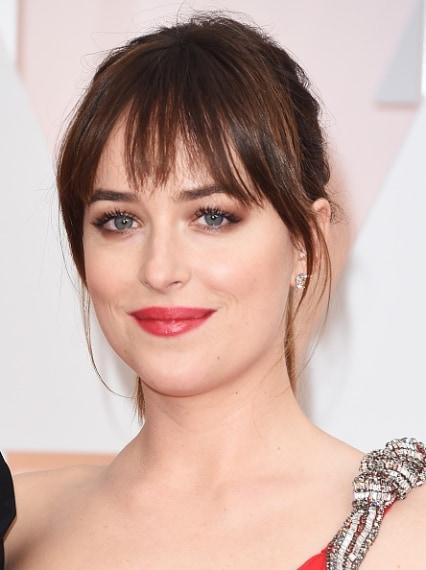 Un look fresco e sensuale con un ombretto marrone luminoso sfumato sulla palpebra mobile e sulla rima ciliare inferiore e un rossetto ciliegia