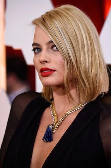 Look classico ed elegante per l'attrice australiana: il make up è concentrato sulle labbra con un rossetto rosso fuoco