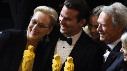 L'Oscar fatto coi LEGO nelle mani delle star del cinema