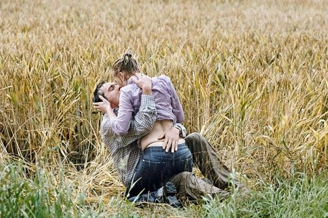 Una sequenza calda tratta dal thriller di Woody Allen del 2005, che vede protagonisti Scarlett Johansson e Jonathan Rhys-Meyers. Nola viene attaccata da Eleanor e si allontana dalla villa. È furiosa al punto da non accorgersi che infuria un temporale. È l'occasione per Chris di seguirla per confessarle la sua attrazione per lei. Scatta il bacio appassionato tra i campi di grano.