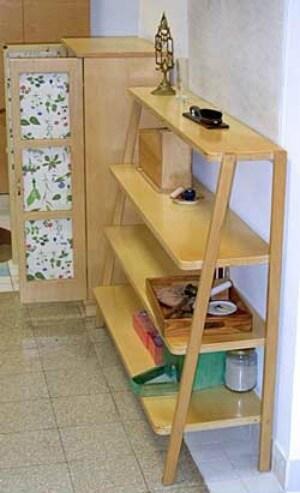 Uno scaffale da scalare realizzato nel rispetto del metodo Montessori e pensato per una Casa dei Bambini, facile da costruire e semplice da scalare in totale sicurezza.