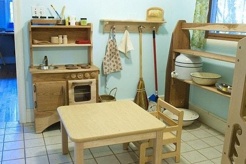 In tutta identica ad una cucina per adulti ma in miniatura e a prova di bambino per stimolare la sua curiosità e apprendere con le attività pratiche.