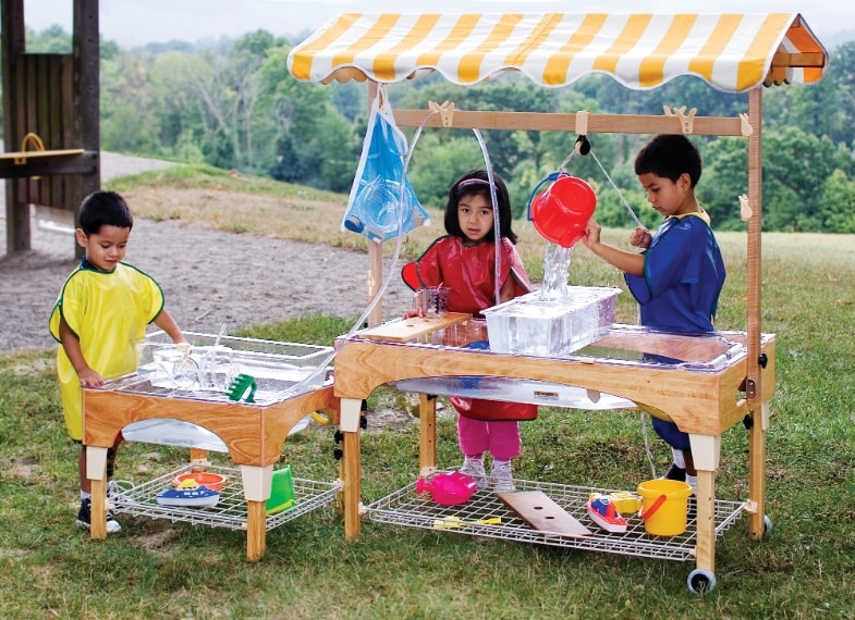 Regolabile in altezza in base all'età, questo centro giochi contiene tutto il necessario per imparare in modo ludico.