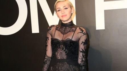 Miley Cyrus non mette gli slip per indossare l'abito di Tom Ford