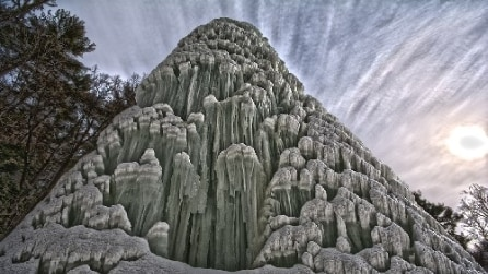 Lo spettacolo natural di un geyser ghiacciato