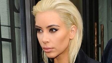 Kim Kardashian, da mora a biondo platino.