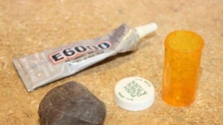 Incolla una pietra su un flacone, il rimedio geniale per non restare fuori casa