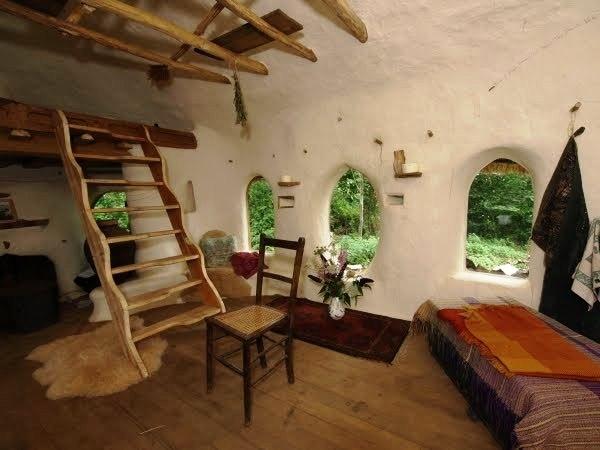 Immersa nella campagna a nord di Oxford, la Cob House è realizzata completamente con materiali naturali: con una miscela di sabbia, argilla, paglia, acqua e terra, in otto mesi di lavoro e al costo irrisorio di 180 euro,