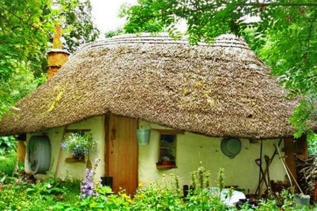 Nel Regno Unito esistono già migliaia di case realizzate con il cob (miscela di sabbia, argilla, paglia, acqua e terra): alcune sono molto sofisticate, alta fino a tre piani