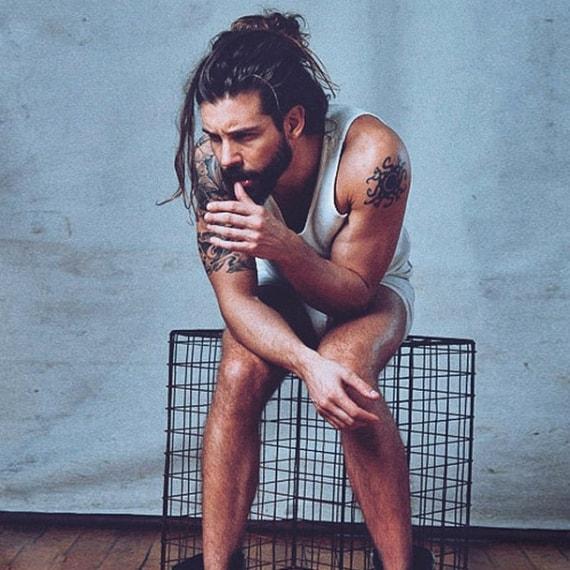 L'uomo con lo chignon è la nuova moda di Instagram