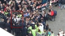 """Napoli, Papa Francesco """"rompe"""" il protocollo di sicurezza e scende tra la gente"""