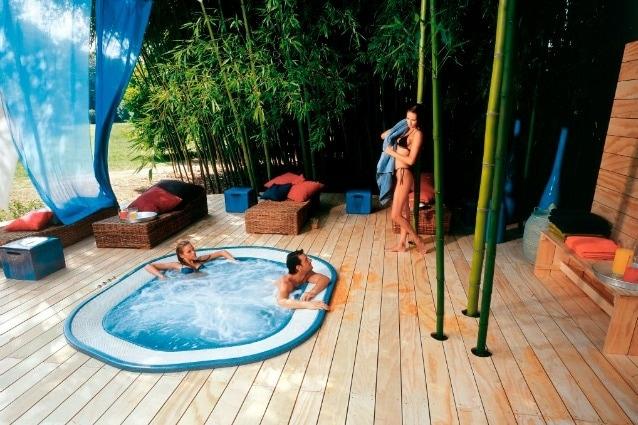 andido Jacuzzi, emigrato friulano in America, realizza la prima e più famosa vasca idromassaggio al mondo, da cui prende il nome, come un'apparecchiatura di idroterapia per il figlio di 15 mesi, Kenny, afflitto da artrite reumatoide.