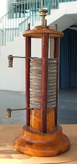 """Alessandro Volta (1745-1827) ha inventato il primo generatore statico di energia elettrica chiamato appunto """"pila di volta""""."""
