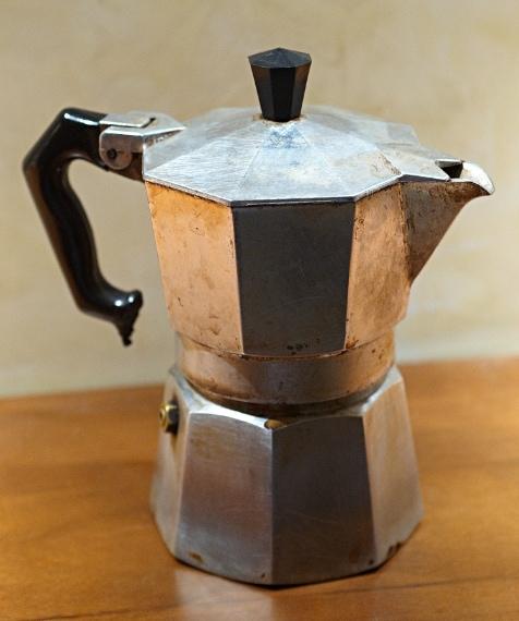 Alfonso Bialetti nel 1933 ha ideato questa caffettiera simbolo del buon caffè italiano all'estero.