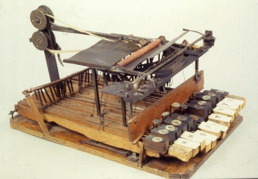 L'avvocato novarese Giuseppe Ravizza nel 1837 costruì il primo prototipo di cembalo scrivano, così chiamato perché fatto con i tasti di un vecchio pianoforte. Nel 1855 fi brevettata l'invenzione presentata all'Esposizione industriale di Torino