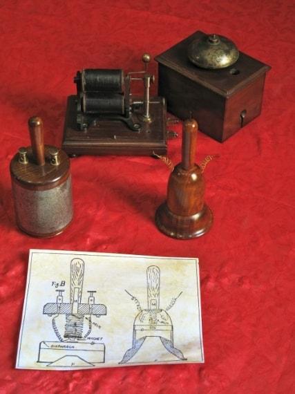 """Antonio Meucci inventò nel 1849 il primo """"telegrafo parlante"""" e, successivamente, """"telettrofono"""", uno strumento dedicato alla trasmissione della voce per via elettrica aggiudicandosi il primo posto tra i pionieri dell'invenzione del telefono."""