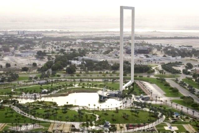Al centro di Dubai sorgerà una gigantesca cornice, alta 150 metri, che permetterà ai visitatori di guardare da un lato la parte super moderna della città intorno alla Sheikh Zayed Road, dal lato opposto invece la città vecchia.