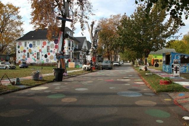 Dall'asfalto alle case, non solo colori, ma anche pupazzi, dischi e altri oggetti abbandonati decorano gli alberi e le abitazioni di questa strada.