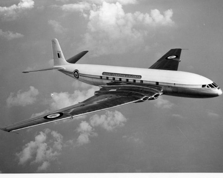 Vi siete mai chiesti perché gli aerei hanno i finestrini tondi? La risposta risale agli anni '50, quando venne inaugurato il primo aereo passeggeri con motore ad aviogetto, il Comet DH 106 ma ben presto si vide che alcune debolezze strutturali provocavano la rottura dei finestrini, all'epoca quadrati, e la conseguente depressurizzazione della cabina.