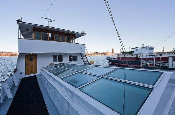 La chiatta è ancorata a Stoccolma, in Svezia.