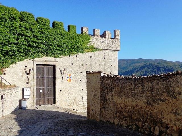 http://commons.wikimedia.org/wiki/File:Castello_di_Montalbano_Elicona_02.JPG
