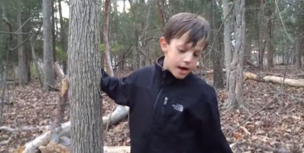 Mentre il piccolo Nolan stava giocando nel bosco trova qualcosa di interessante sulla riva del lago.