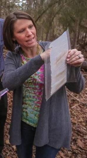 Quando Nolan la mostra a sua madre Vicki Garrick, lei ne riconosce immediatamente una firma.