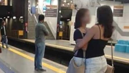 Questa foto è diventata virale ma le ragazze abbracciate non c'entrano niente