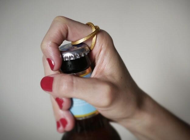 Un anello che è anche un apribottiglie