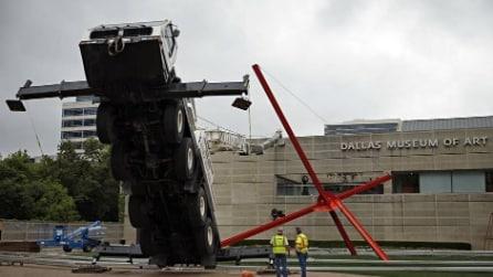 Dallas, gru precipita contro il museo. Tutti pensano sia una scultura