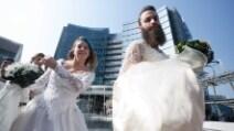 Uomini e donne in abito da sposa per sensibilizzare sui matrimoni omosessuali