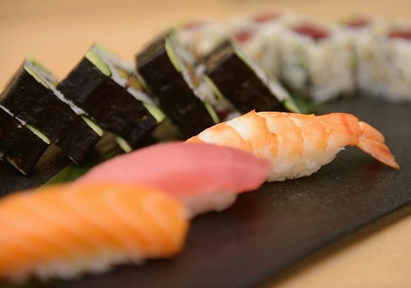 Il pesce crudo, magari abbinato a del riso bollito è perfetto per una cena light e gustosa.