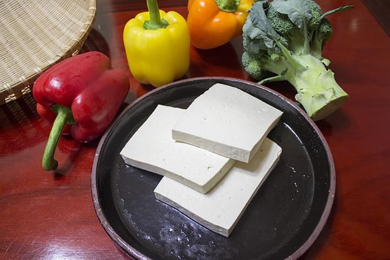 Questo formaggio di soia ha un gusto particolare ma contiene pochissime calorie e grassi. Provate ad abbinarlo al peperoncino se vi piacciono i gusti piccanti oppure conditelo con delle spezie.