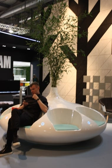 Una seduta ambientale che mette l'uomo al centro dello spazio e incoraggia la socializzazione con suoni e vibrazioni.